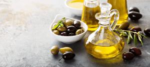 Oliven og olie i flaske på bordplade - Økotaste - Økologiske specialiteter